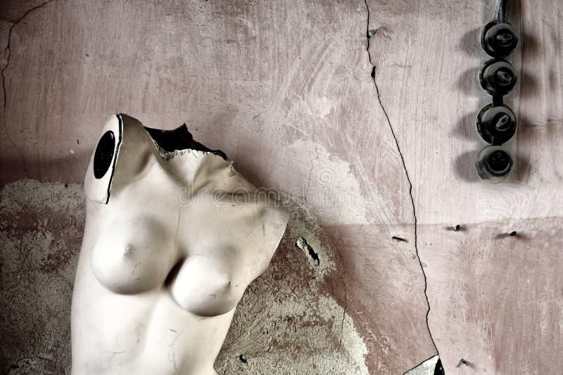时装模特对墙壁 免版税图库摄影
