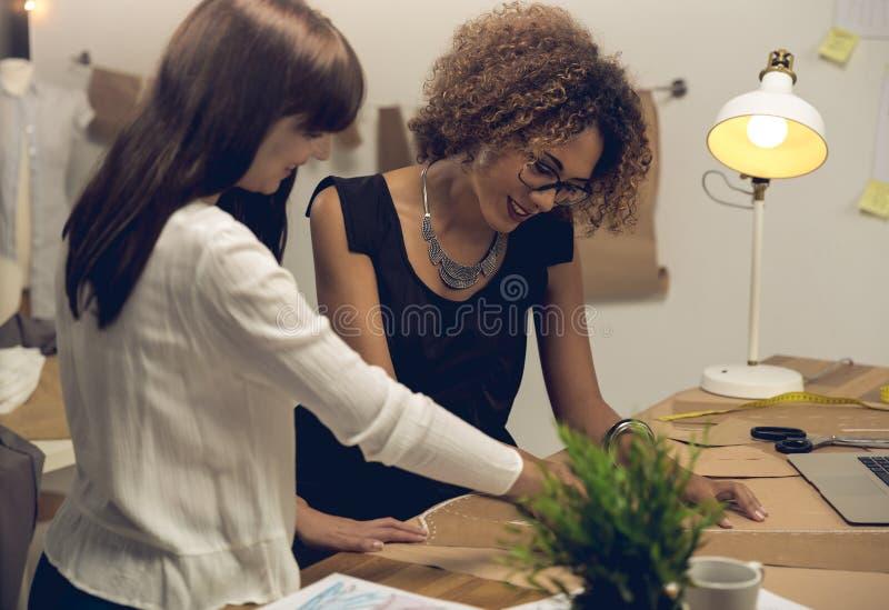 时装设计师们携手合作 免版税图库摄影