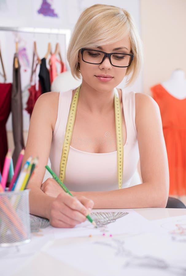时装设计师在工作。 免版税图库摄影