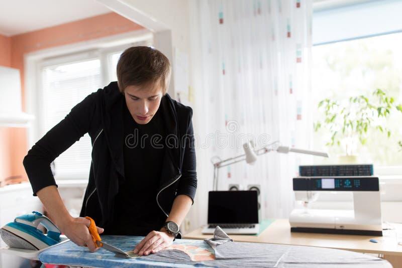 时装设计师在演播室的切口织品 免版税库存照片