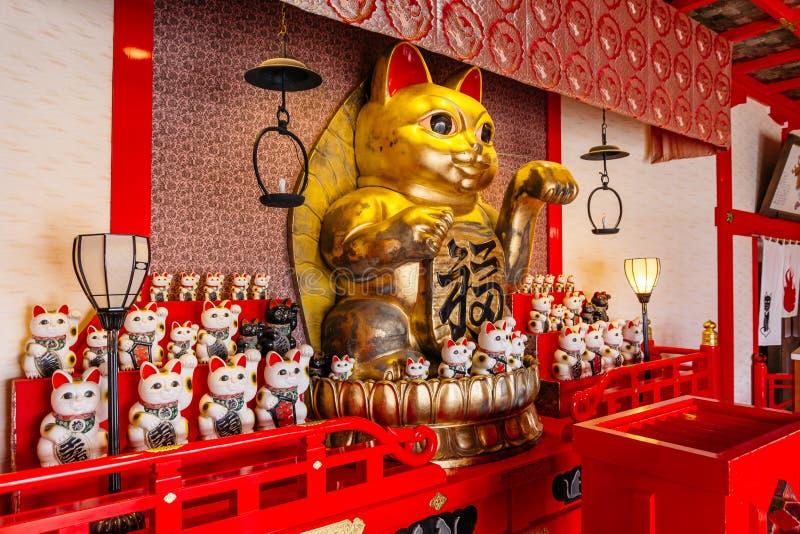 时运猫在寺庙的Nameki Neko在北海道的,日本Noboribetsu日期JIdaimura历史的村庄 免版税库存图片