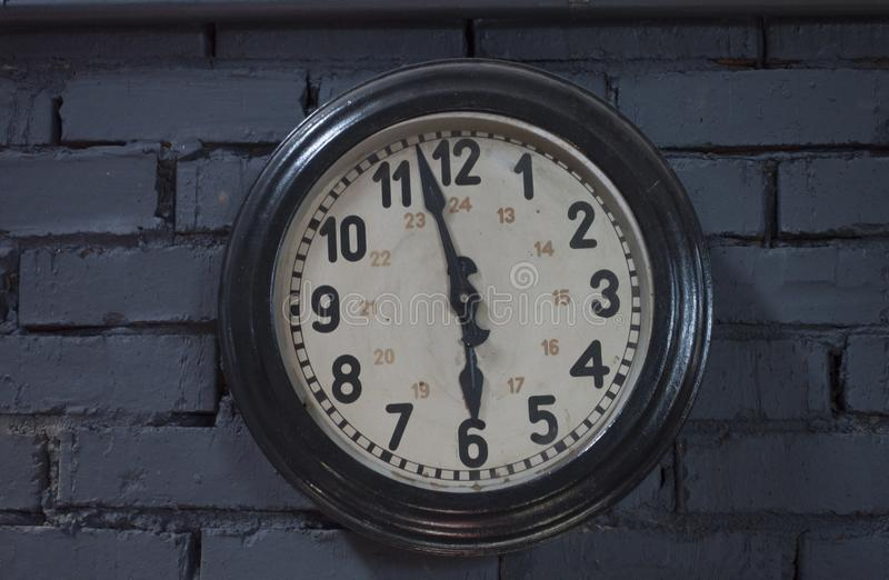 时钟仿古垂悬在砖墙上的葡萄酒减速火箭的样式, 免版税图库摄影