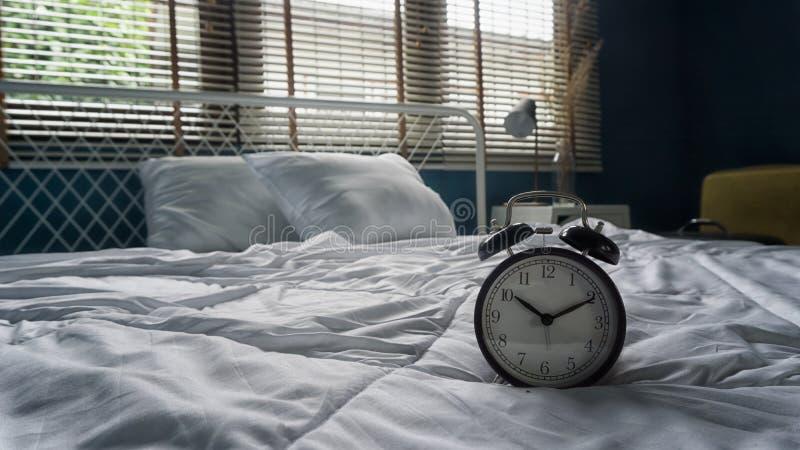 时钟在床屋子里 免版税库存照片