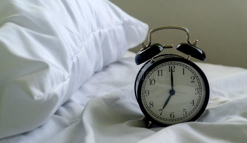 时钟在床屋子里 免版税库存图片
