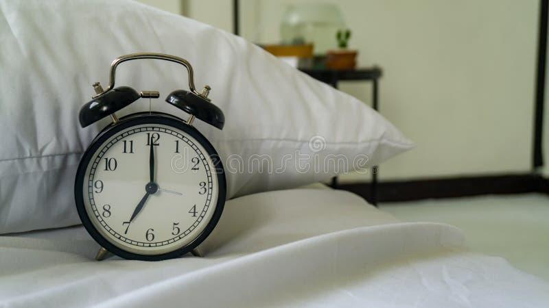 时钟在床屋子里 图库摄影