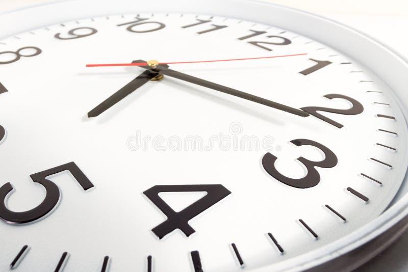 时钟或时间抽象背景 有红色和blac的白色时钟 免版税库存照片