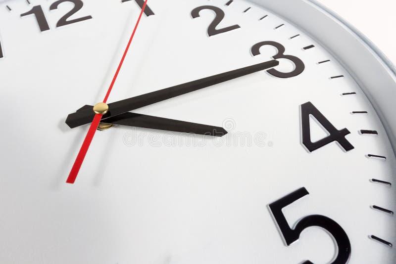 时钟或时间抽象背景 有红色和blac的白色时钟 库存照片