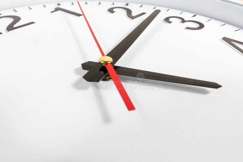 时钟或时间抽象背景 有红色和blac的白色时钟 库存图片
