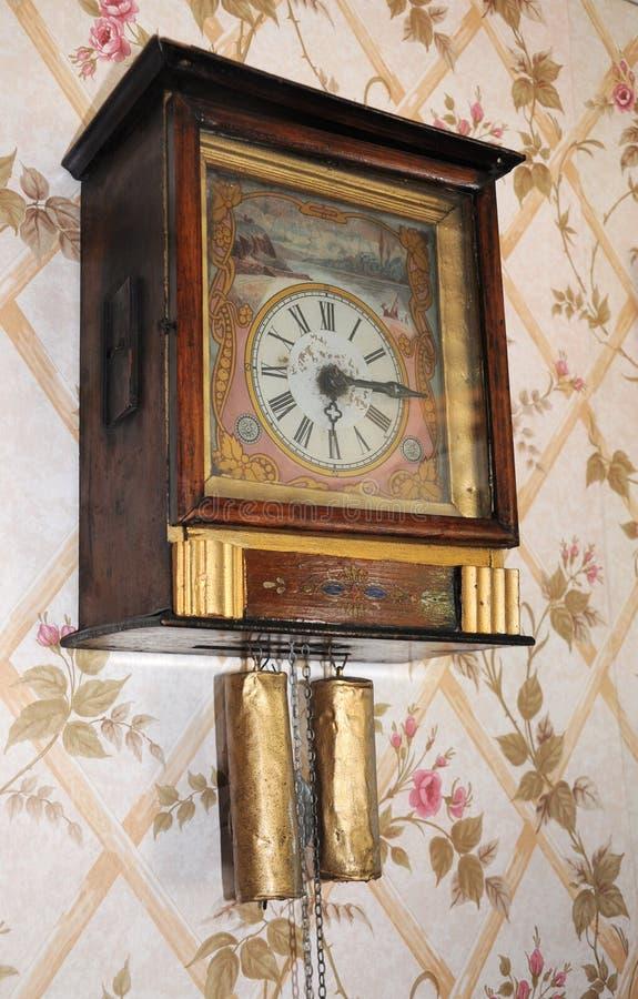 时钟葡萄酒墙壁 免版税库存图片