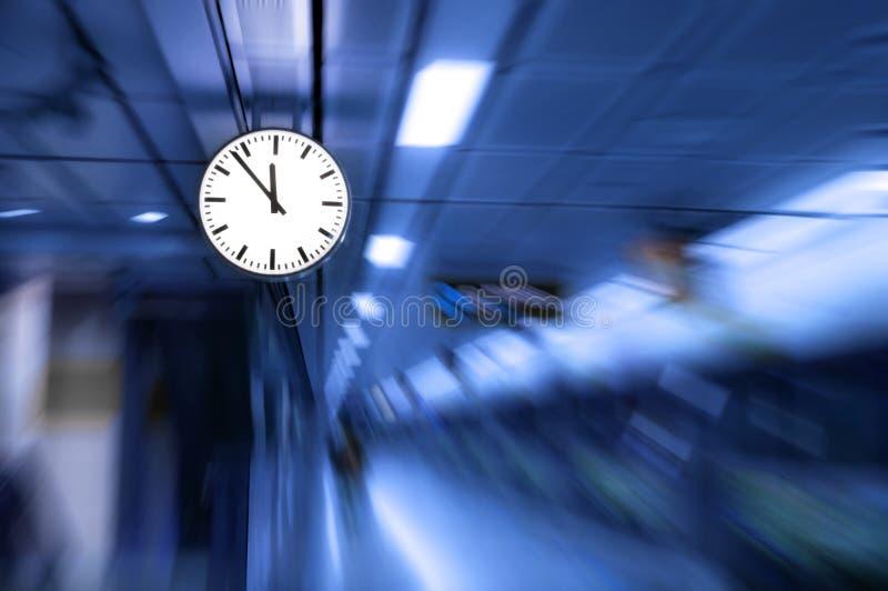时钟被弄脏的,跑掉或通过作用的时间的概念性图象迅速移动  图库摄影