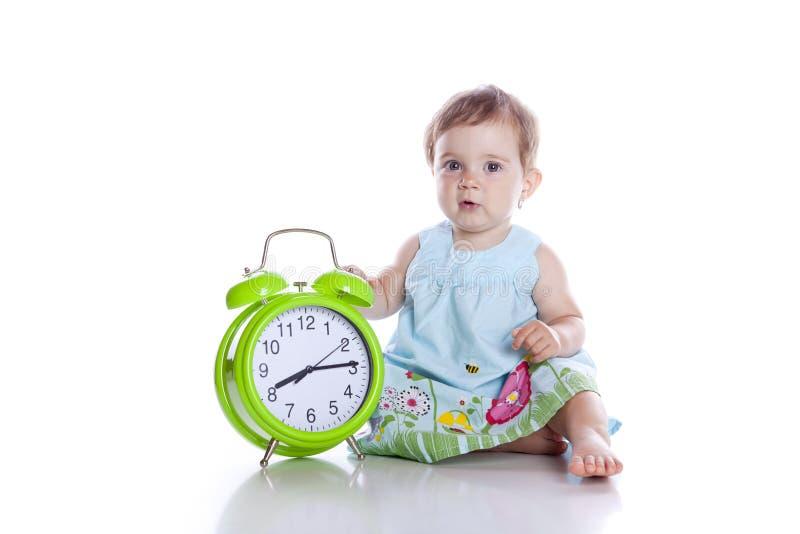 时钟逗人喜爱的女孩查出一点 免版税库存照片