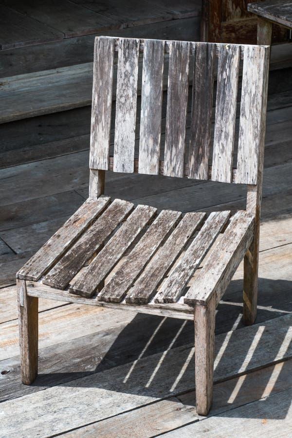 时间之前腐朽的老木椅子当前用于显示和家庭装饰 库存照片