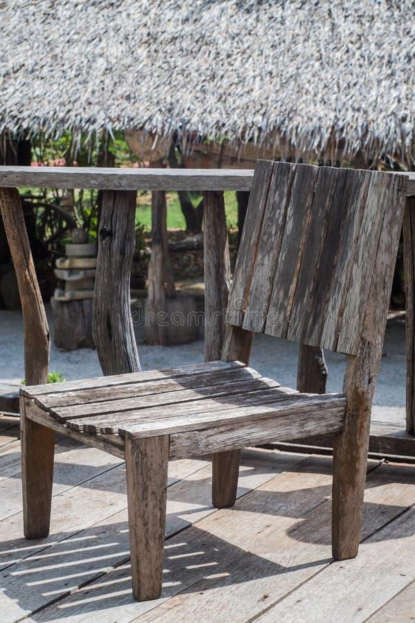 时间之前腐朽的老木椅子当前用于显示和家庭装饰 免版税库存图片