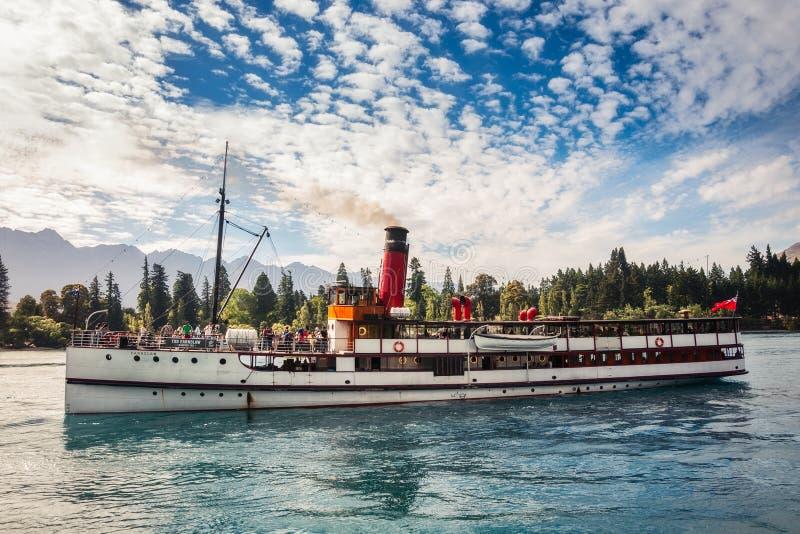 时间分配系统Earnshow在瓦卡蒂普湖的汽轮巡航 免版税图库摄影