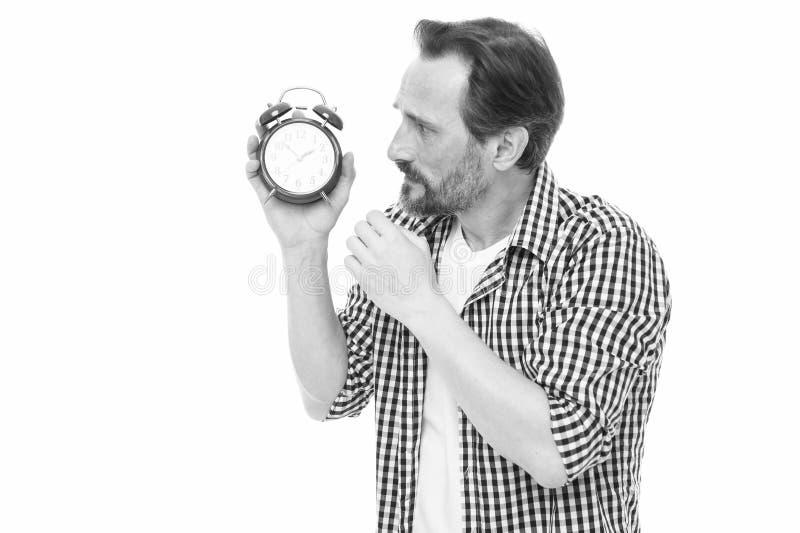 时间前进  看时钟的老人 有机械时钟的有胡子的人在手中 成熟计时员与 免版税库存照片