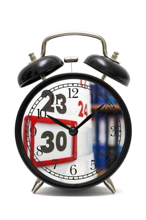 时间和计划的概念 有日历页的闹钟 r 免版税图库摄影