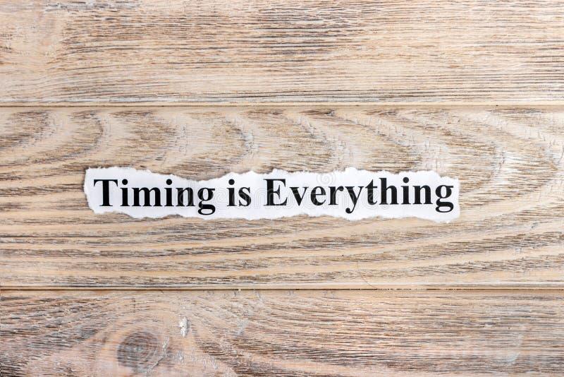 时间是一切在纸的文本 词时间一切在被撕毁的纸 com概念小雕象图象其它正确的常设文本 库存图片