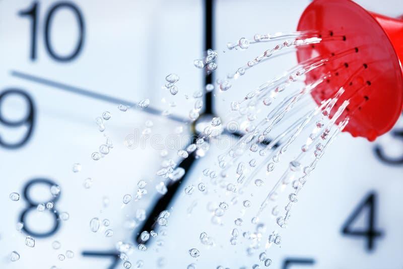 时间流量概念 喷壶倾吐的水 下落背景 雨天气 免版税库存图片