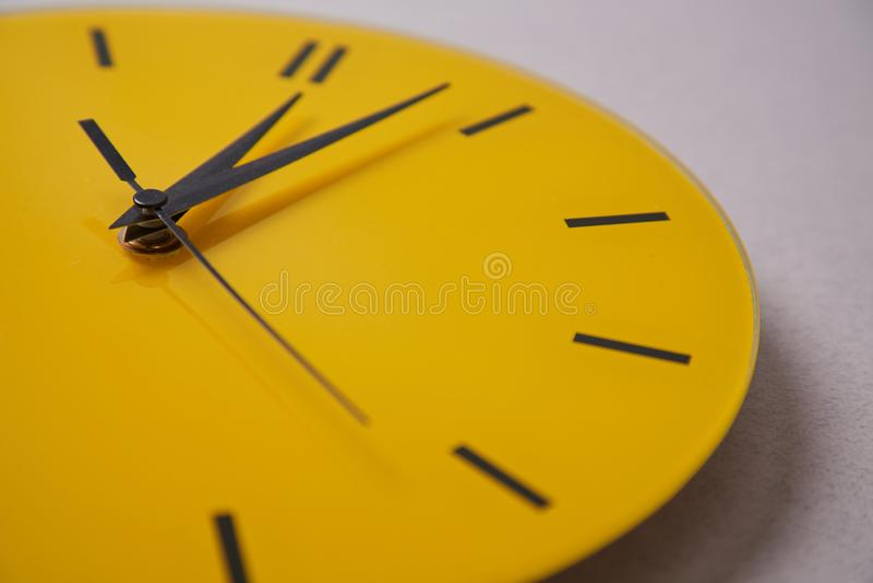 时间管理最后期限和日程表概念:黄色时钟 ?? 库存照片