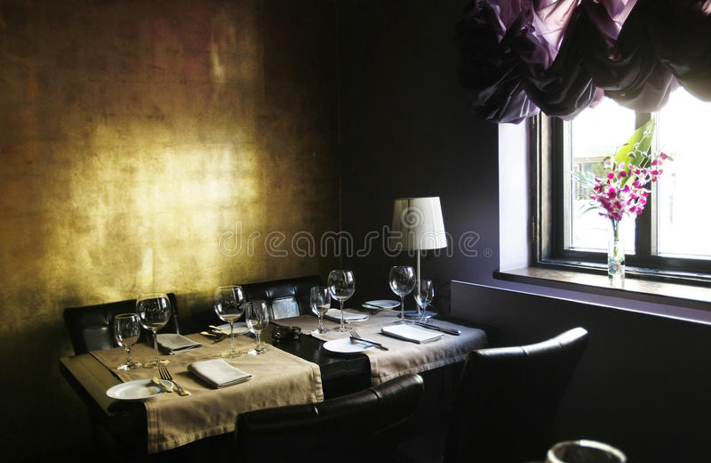 时髦典雅的内部的餐馆 免版税库存图片