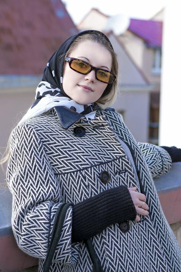 时髦和时兴的白种人白肤金发的女性特写镜头画象  免版税库存照片