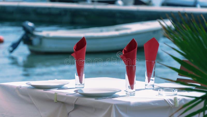 时髦地装饰的桌在海的一家餐馆 库存图片