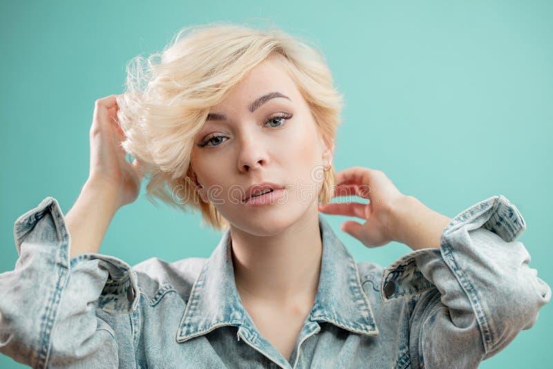 时髦夹克的俏丽的女孩 免版税库存照片