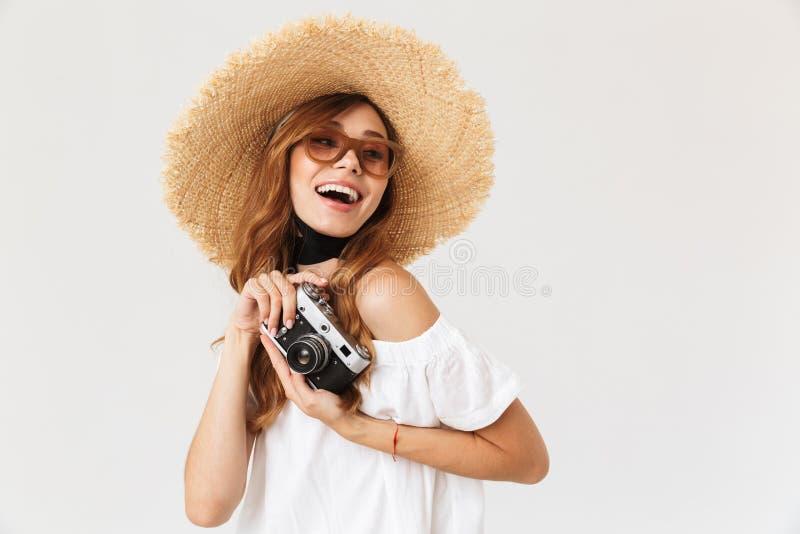 时髦无固定职业的摄影师妇女20s佩带的草帽和sungla照片  库存图片