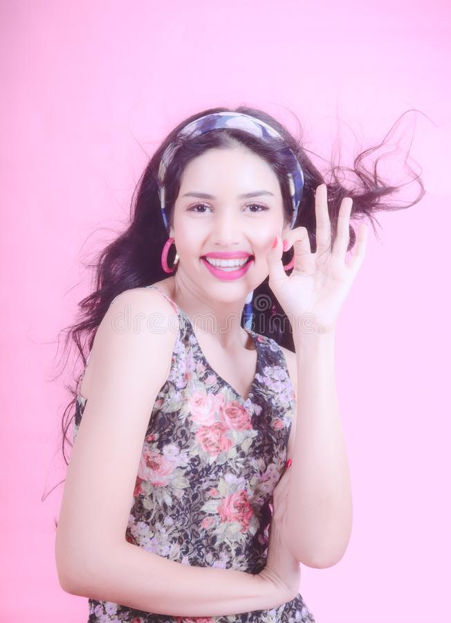 时髦春天和时尚职业妇女的夏天时尚微笑的妇女的工作天、桃红色背景和淡色口气 免版税库存照片