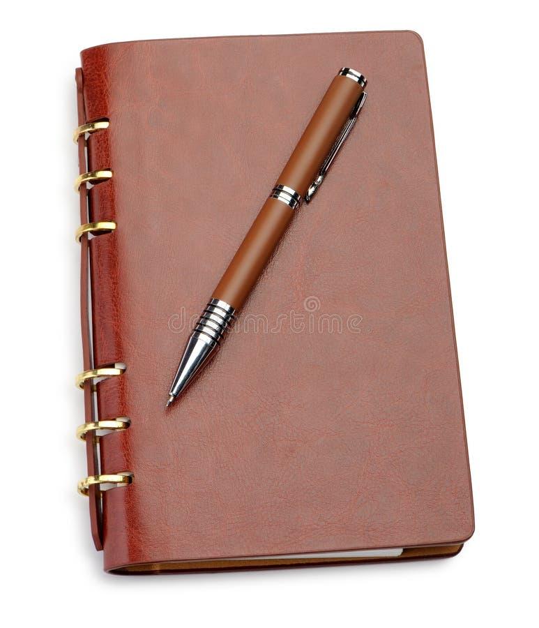 时髦棕色盖子皮革笔记本的笔 免版税图库摄影
