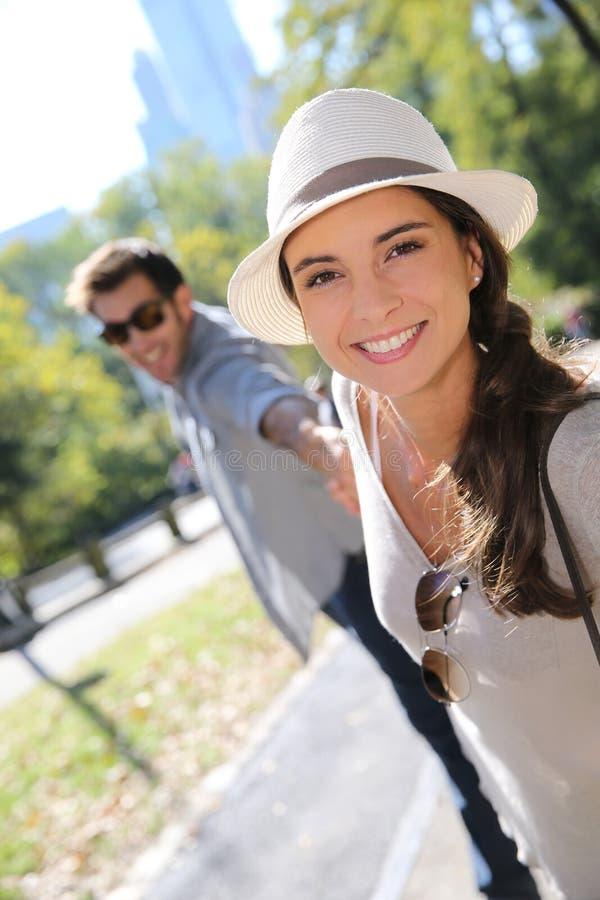 时髦游人夫妇获得乐趣在中央公园 免版税库存图片