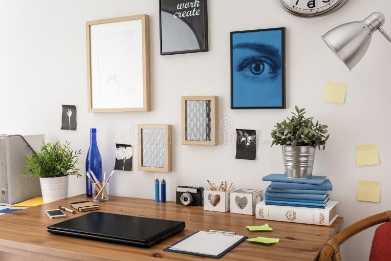 时髦的书桌在办公室 免版税库存图片