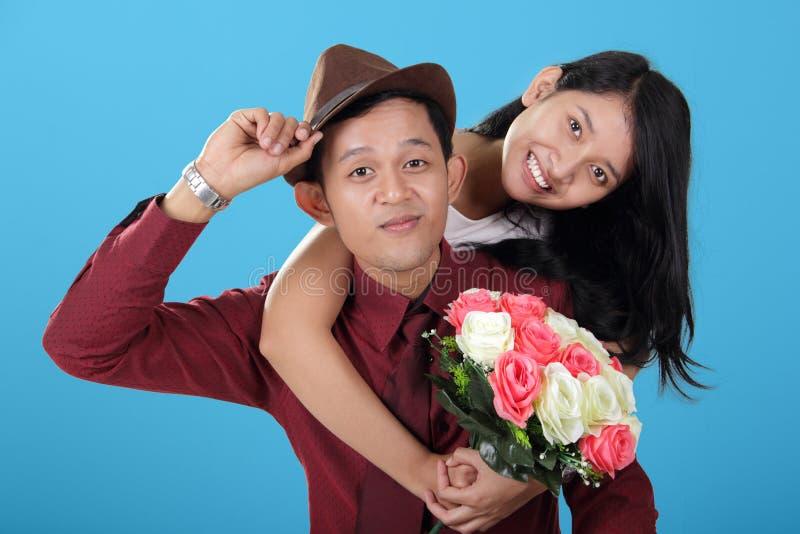 时髦的亚洲青少年的夫妇姿势和微笑 免版税库存图片