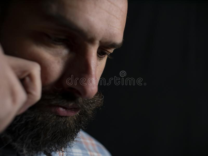 时髦的人的面孔有接触他的在黑背景的胡子和髭特写镜头的髭 免版税库存照片