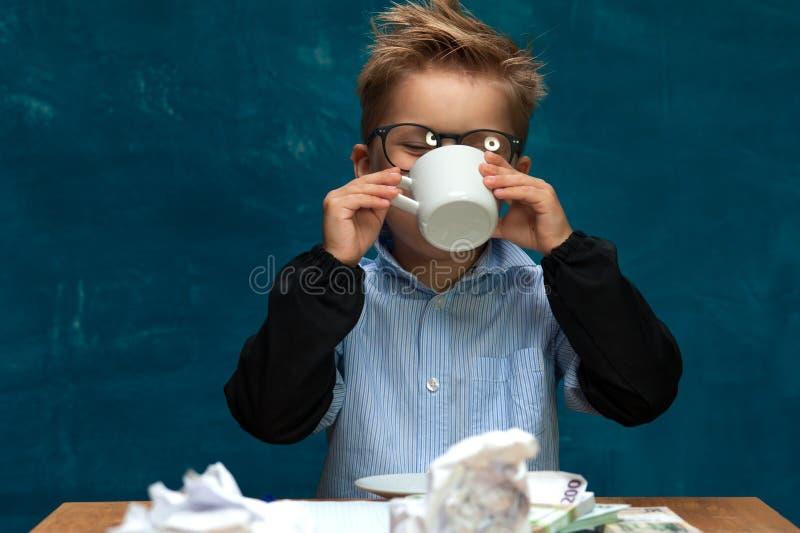 时髦的企业孩子有断裂在工作场所 免版税库存照片