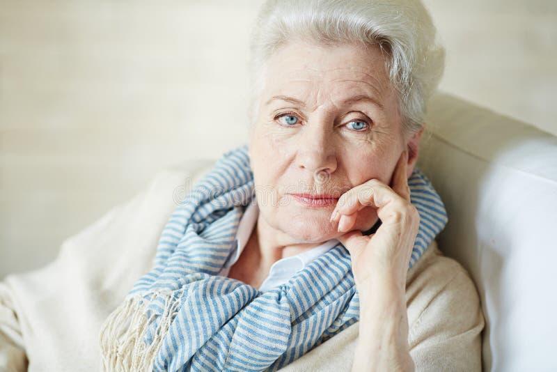 时髦的体贴的老妇人 免版税图库摄影
