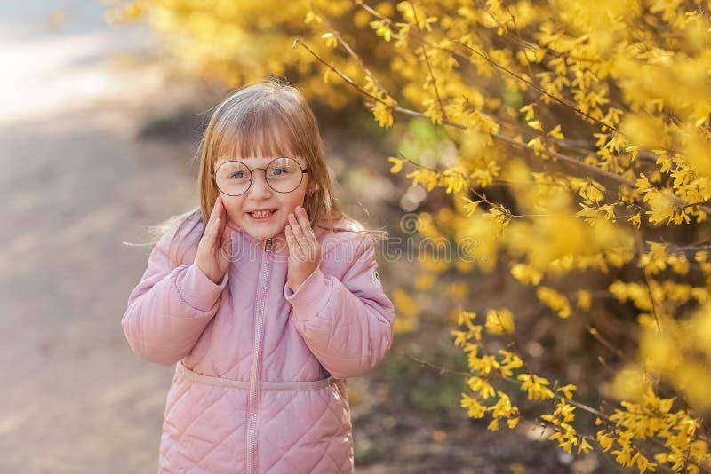 时髦的儿童女孩穿时髦桃红色外套的5-6岁在秋天公园 r r ?? 免版税库存图片