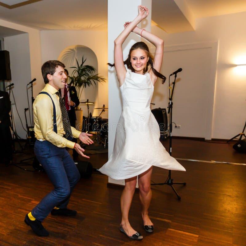 时髦的减速火箭的新娘和新郎跳舞第一婚礼舞蹈摇摆 库存照片