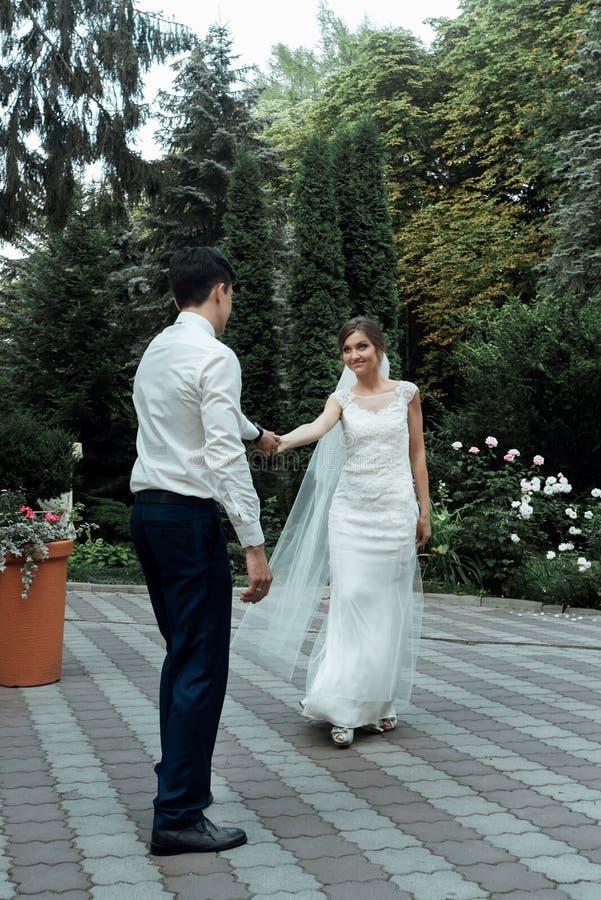 时髦的华美的愉快的新娘和典雅新郎执行他们 免版税库存图片