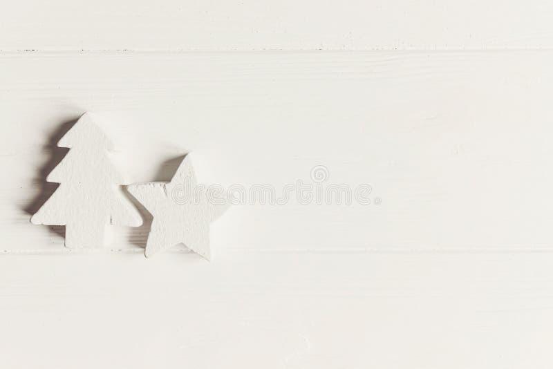 时髦的圣诞节舱内甲板位置 简单的木白色圣诞节orname 免版税图库摄影