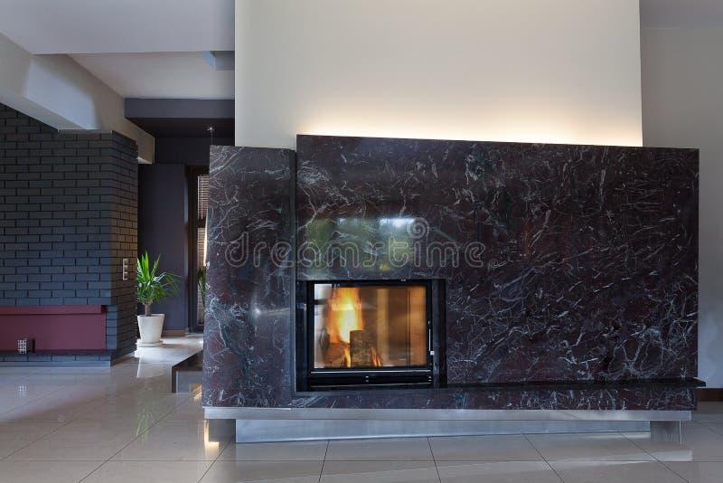 黑时髦的壁炉 免版税库存图片