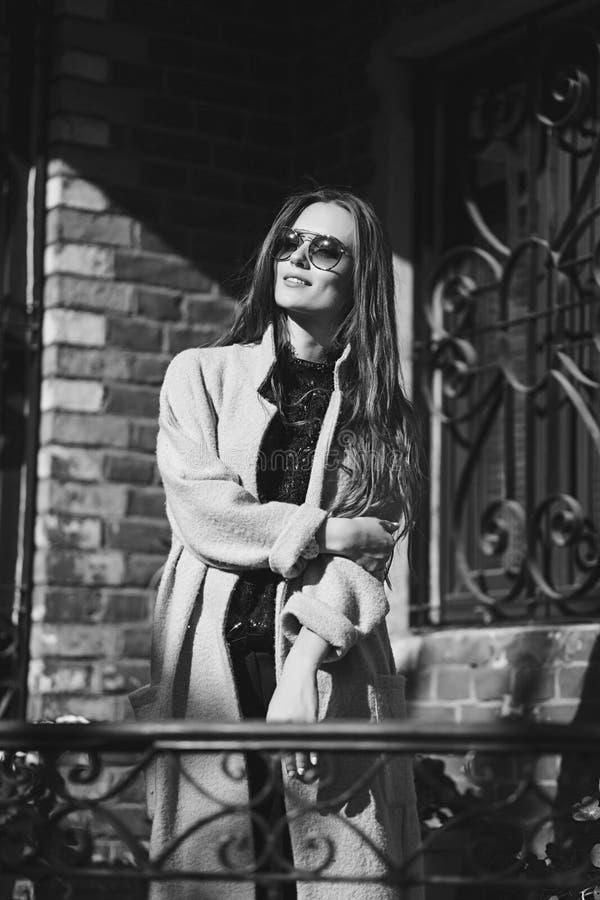 时髦的女人佩带的玻璃 库存照片
