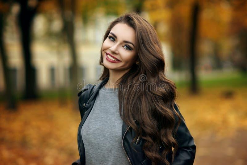 时髦的女孩在公园 免版税库存图片