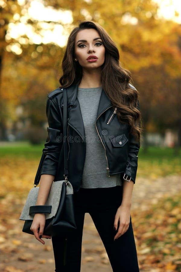 时髦的女孩在公园 免版税图库摄影