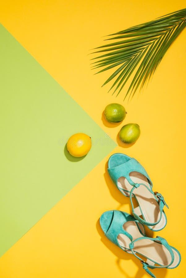 时髦的女性蓝色平台凉鞋顶视图,柠檬,石灰 库存照片