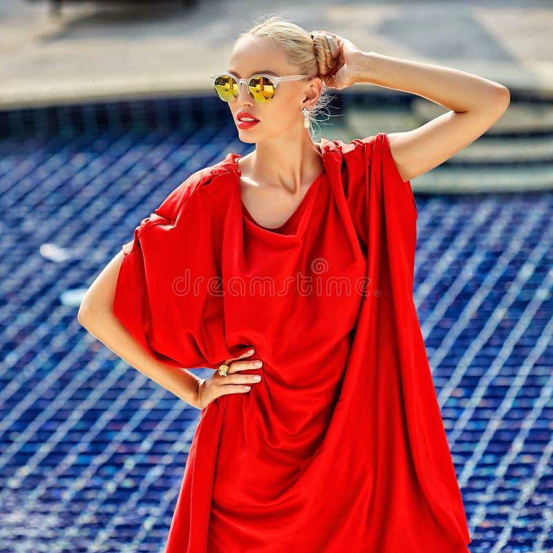 时髦的妇女室外时尚画象太阳镜的 库存照片