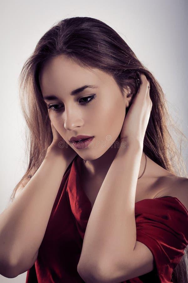时髦的妇女的纵向有美丽的头发的 库存图片