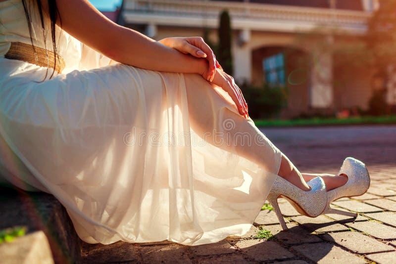 时髦的妇女穿高跟鞋的和白色穿戴户外 秀丽时尚 免版税图库摄影