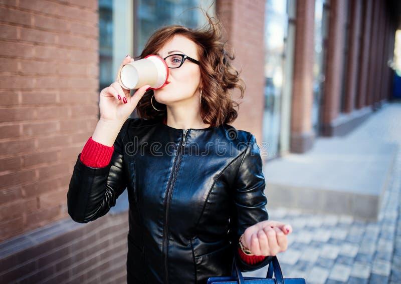 年轻时髦的妇女饮用的咖啡 免版税图库摄影