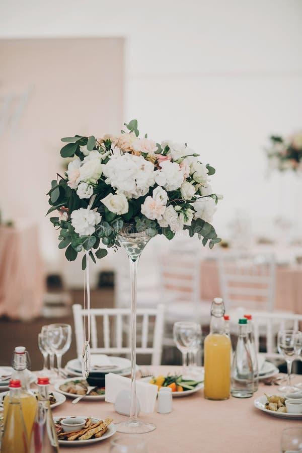 时髦的婚礼设置,与玻璃的嫩桃红色桌,利器, 免版税库存照片